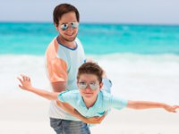 Мальдивы. Maldives. Father and son at beach. Фото shalamov - Depositphotos