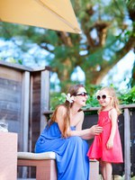 Мальдивы. Maldives. Mother and daughter at outdoor terrace. Фото shalamov - Depositphotos