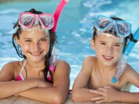 Мальдивы. Boy and Girl In Swimming Pool with Goggles and Snorkel. Фото Darren Baker - Depositphotos