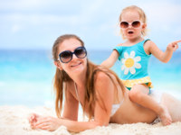Mother and daughter on beach vacation. Фото shalamov - Depositphotosl