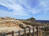 Италия. Сардиния. Lightahouse and ruins. Фото Filip Fuxa - Depositphotos