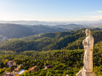 Испания. Каталония. Барселона. Sculpture of Apostle and mountains near Barcelona. Фото Leonid_Andronov - Depositphotos
