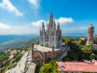 Испания. Каталония. Барселона. Bird view on Tibidabo church on mountain in Barcelona with christ statue overviewing the city. Фото Nanisimova_sell - Depositphotos