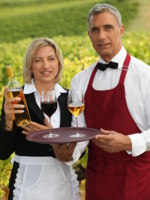 Испания. Виноградник. Waiter and waitress serving wine. Фото photography33 - Depositphotos
